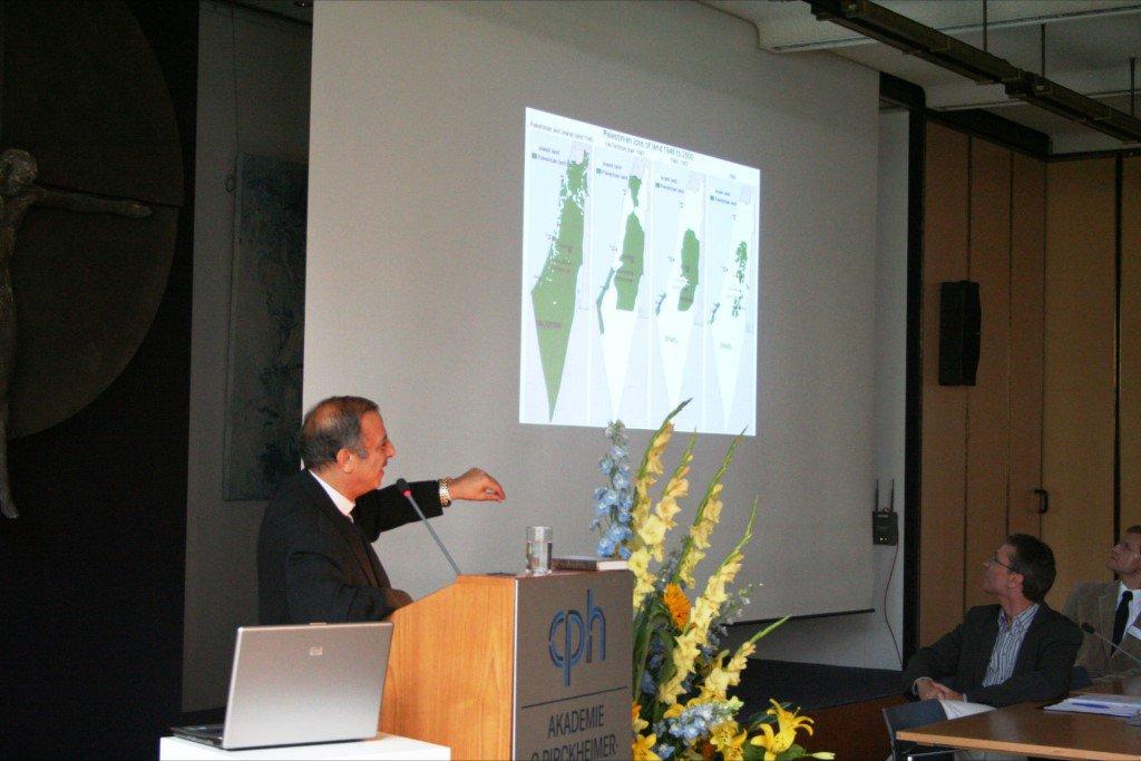 Prof. Madros erläutert die Reduzierung der Gebiete unter palästinensischer Verwaltung